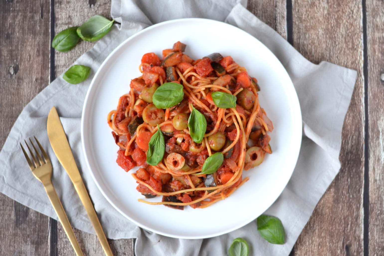 Glutenvrije pasta met vegan tomatensaus en olijven