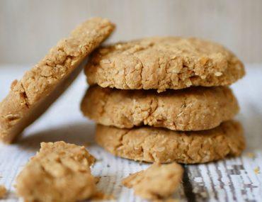 Knapperige vegan kokos pindakaas koekjes zonder ei