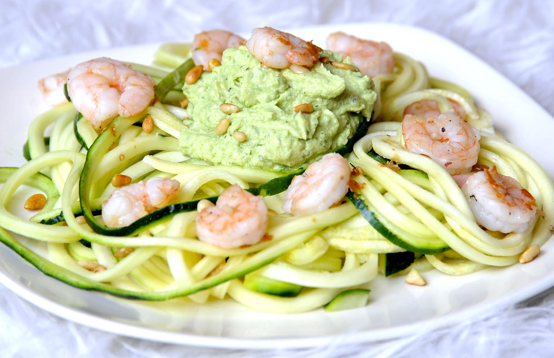 Courgetti met gamba's en avocadosaus