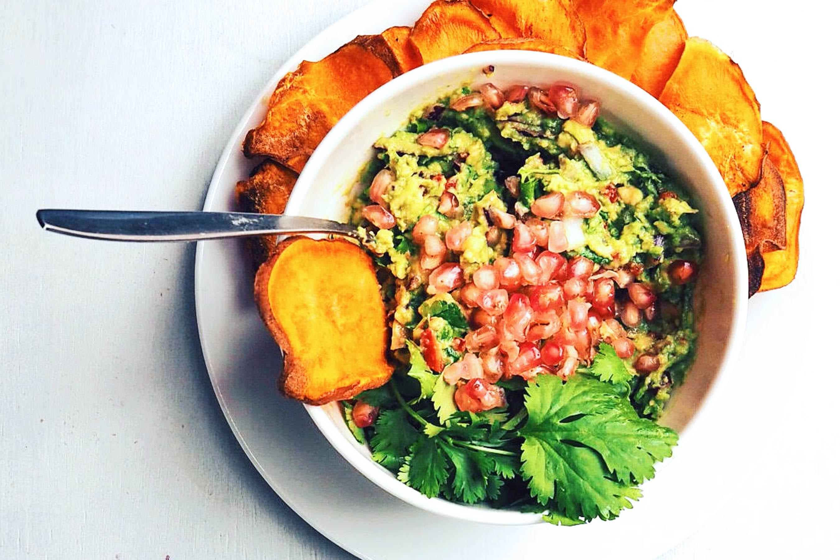 Zoete aardappelchips met guacamole