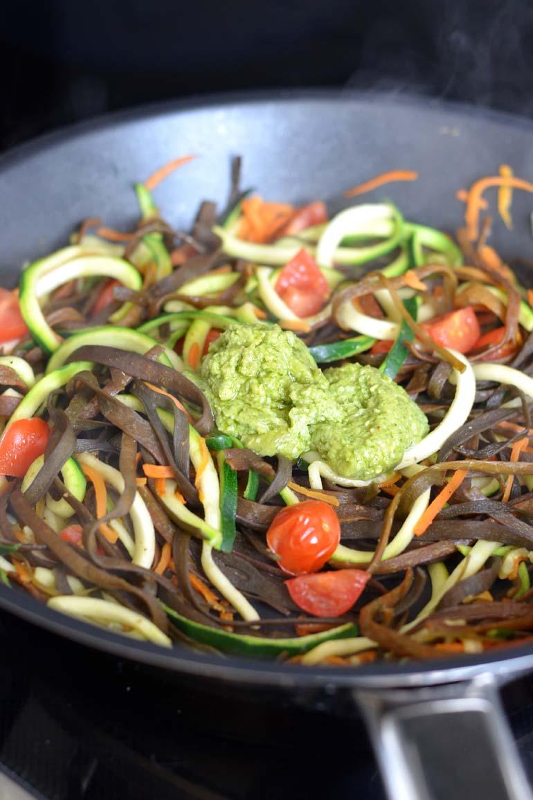 Zeewierpasta met avocado pesto en tomaat recept
