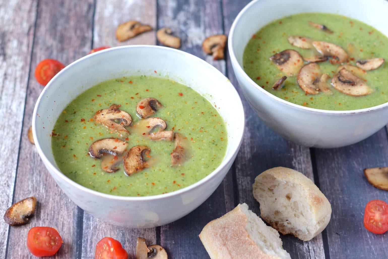 Broccoli courgette soep met pittige champignons