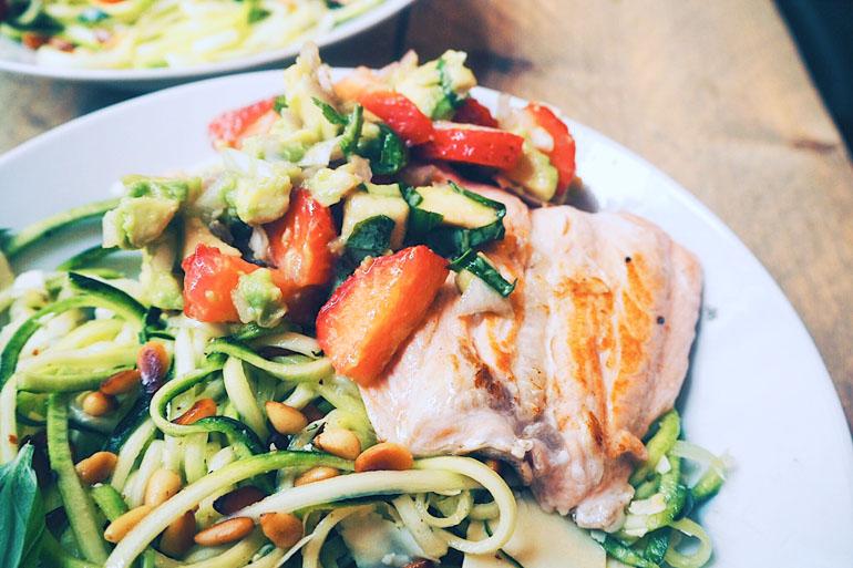 Courgetti salade zalm aardbei