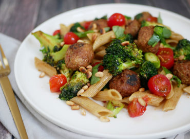 Pasta met vegetarische balletjes pesto en broccoli